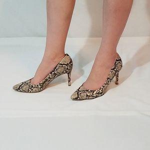Beautiful woman's snake print pumps!